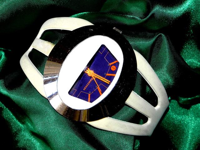 Un personaje y su reloj Blanco2fw2