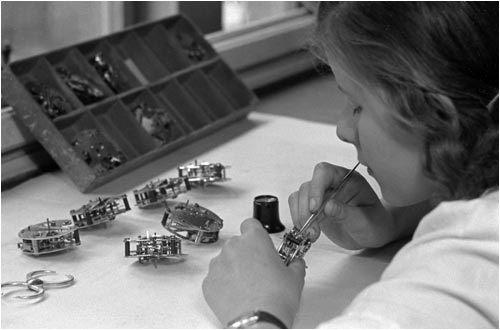 veb-uhrenfabrik-ruhla-frau-bei-der-produktion-1950